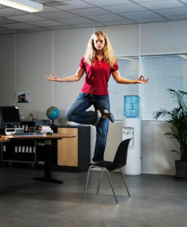 ANAHTAR CÜMLE: DÜZENLİ EGZERSİZ YAP!  Her ne kadar günü ayakta geçirseniz de düzenli egzersiz yapmayı ihmal etmeyin. İş yerinizde yapabileceğiniz kadar egzersiz yapın. Sandalyeye tutunarak esneme hareketleri yapabilir, merdivenleri inip çıkabilirsiniz.