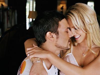 Spears, kendisini, özel sırlarını açıklamakla tehdit eden Federline'a yüklü bir tazminat ödedi.