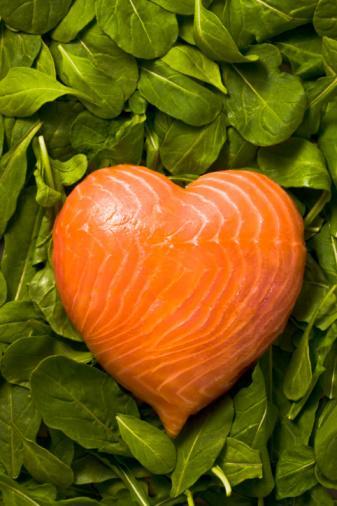Apovian, diyetine omega-3 yağ asitleri eklemeni öneriyor. Omega-3 depresyon ve sindirim sistemine iyi gelirken daha uzun süre tok kalmanı sağlar. (Haftada iki, üç kez 60-90 gramlık bir porsiyon somon balığı yemeyi dene. Ya da günlük beslenmene bir çorba kaşığı zeytinyağı, kanola yağı ya da keten tohumu ekleyebilirsin.)