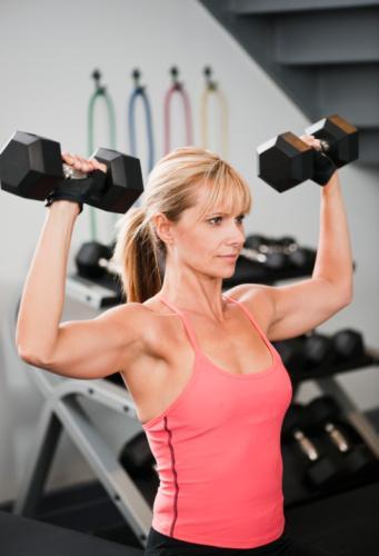 En iyi strateji daha çok protein alman ve haftada iki, üç kez, 20-30 dakika ağırlık egzersizi yapman. Protein yakıt görevi görecek ve kas kitleni korumana yardımcı olacaktır. Haftada üç, dört porsiyon, bakliyat, balık, yağsız et, tavuk, hindi ve yağsız süt ürünleri yemelisin.