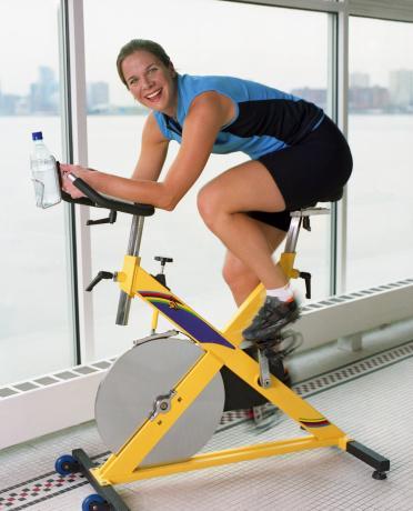 """Kilo Kaybet, Hayat Tarzını Değil Kilo vermek için, her boş anını eliptik bisikletin tepesinde geçiren bir piskopat olmak zorunda değilsin. Ya hep ya hiç yaklaşımı zarar getirir. Hensrud, """"Pek çok kadın, sürdüremeyeceği kararlar veriyor; çiğ gıda diyeti yapmak ya da sabah 05.00'de koşuya çıkmak gibi. Aslında böyle yaparak başarısızlığa hazırlanıyor"""" diyor."""