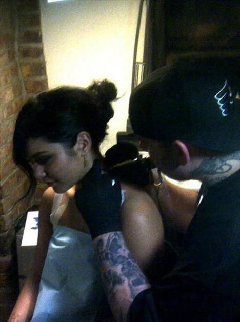 Genç oyuncu Vanessa Hudgens'in boynuna kelebek şeklinde dövme yaptırırken çekilen fotoğrafları internette paylaşıldı.