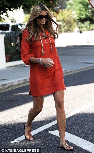 Eski topmodel Elle Mcpherson, oğlunu okula bırakırken giydiği kıyafetlerle podyumu aratmıyor! Her gün ayrı bir markayla caddelerde yürüyor.