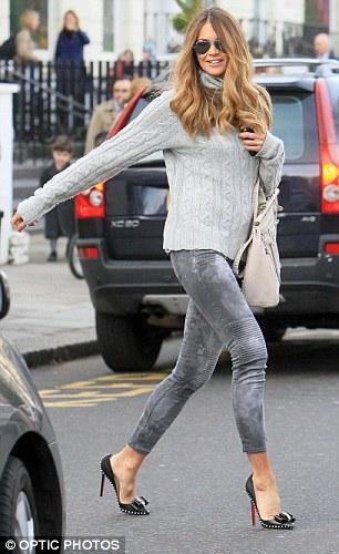 Elle Mcpherson'ın ayaklarındaki zımbalı ayakkabılar Christian Louboutin'in Lucifer Bow modeli.
