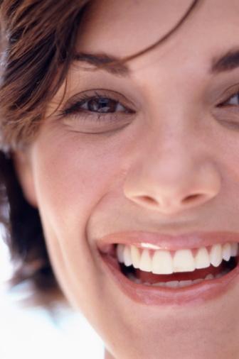 Power Bleaching sisteminin tamamen ağrısız olduğunu belirten Dr. Kışlaoğlu, hastaların %10'undan azında uygulama sonrası hafif bir sızlama veya hassasiyet hissedildiğini, bunun da daha çok dişlerinde aşınma ve çatlak olan kişilerde görüldüğünü belirtti.  İşlem sonrası dişler yaklaşık 2–3 yıl beyazlığını korur. Aşırı sigara tüketimi, aşırı çay, kahve, kola gibi renkli gıda alışkanlıkları bu süreyi etkiler. Ağız ve diş sağlığına özen gösterenler için lazerle diş beyazlatmanın maliyeti 1000 TL, ev tipi beyazlatmanın maliyeti ise 650 TL civarında.