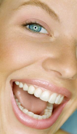 Diş Taşı Temizliğini İhmal Etmeyin!  Dişlere yapışan plakların birikmesiyle meydana gelen diş taşları zamanla ağız-diş sağlığını olumsuz etkileyerek çeşitli hastalıklara neden olabilir. 'Kalkülüs' olarak adlandırılan diş taşları, tükürükteki mineraller ve dişlerde oluşan bakteri plaklarıyla meydana gelir. Düzenli olarak temizlenmeyen diş taşları kötü bir görünümün yanı sıra diş eti iltihabı ve diş eti hastalıklarına da neden olur.