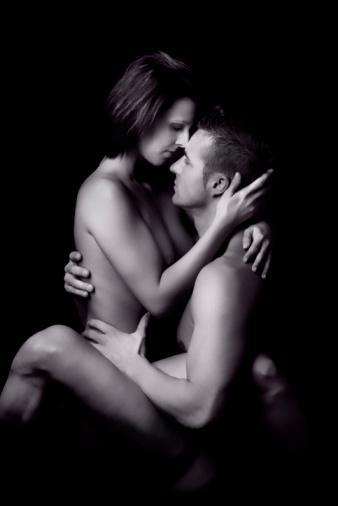 Erkek arkadaşım bana sarılıp uyumuyor. Bu bir sorun mu?  Aslında hayır ama eğer bundan hoşlandığınızı söylediğiniz halde oralı olmuyorsa ihtiyaçlarınızı göz ardı ediyor demektir.  Bir erkek ilk defa sizi çıplak gördüğünde ne düşünür?  Çok saf bir tutku tüm vücudunu sarar.