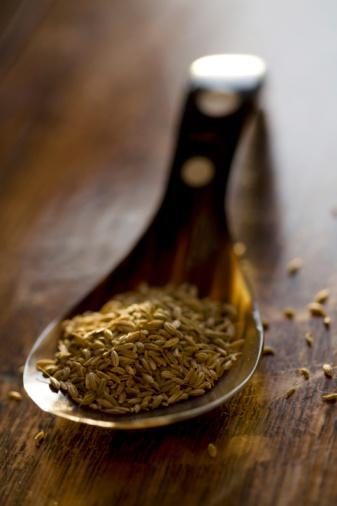 Rezene tohumu Akdeniz bölgesinde yetişen rezene bitkisinin kurutulmuş tohumları.  Lezzeti: Meyan köküne benzer bir tat.  Faydaları: Ağza atıldığında kötü nefesi geçirebiliyor. Çok yemek yediğinde çiğnersen şişkinlik hissini geçirir.  Nasıl kullanmalı: Zeytinyağı, balzamik sirke, bal ve hardalla beraber çırpıp salatanın üzerine sos olarak dok.