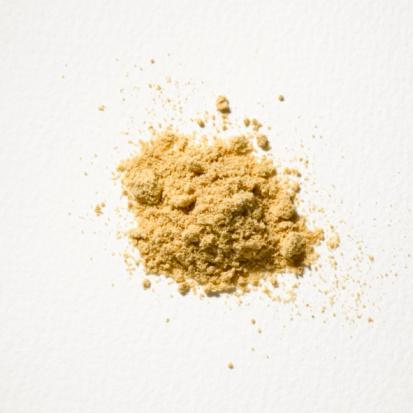 Zencefil tozu Aynı adlı bitkinin baharat olarak kullanılan tozu.  Lezzeti: Keskin bir kokusu ve tadı var.  Faydaları: Egzersiz sonrası kas ağrılarını dindirebilme özelliği var.  Nasıl kullanmalı: Balla birlikte iyi bir ikili oluşturur. İkisini ısıtıp havuç ve benzeri sebzeler için sos niyetine kullanabilirsin. Yeşil çayın içine de karıştırılabilir.