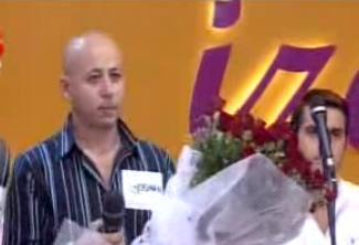 Topal çifti barıştırmak için damat adayına bir buket çiçek verip gelinin gönlünü almasını istedi.