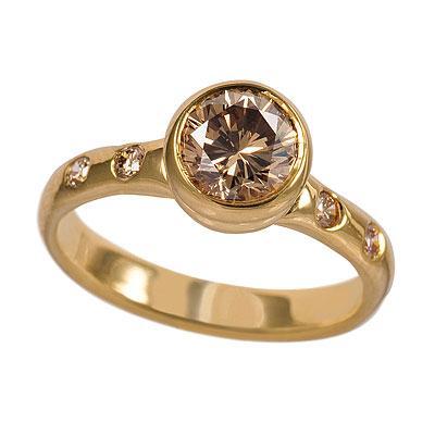 Tek taş yüzüğü tamamlayacak olan alyansın tek taş yüzük ile olan uyumu son derece önemlidir.