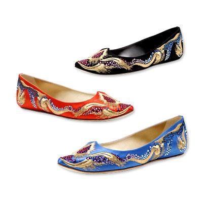 Casadei işlemeli saten sandaletler. 525 dolar.