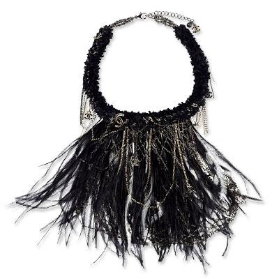 Chanel tüylerle süslü kolye. 5.900 dolar.