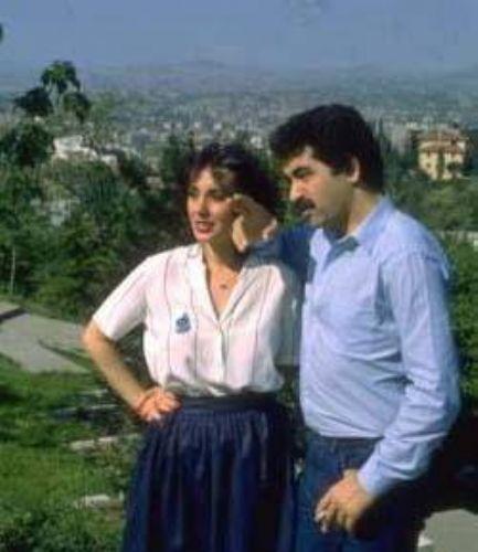 İstanbul'a geldiğinde bir süre inşaat işçiliği yapan Tatlıses, sonradan sesi sayesinde şöhrete kavuştu. Bu dönemdeki ilk büyük aşkını Perihan Savaş ile yaşadı.