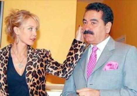 Tatlıses'in bir dönem de TV sunucusu Ayşegül Yıldız ile ilişkisi oldu.