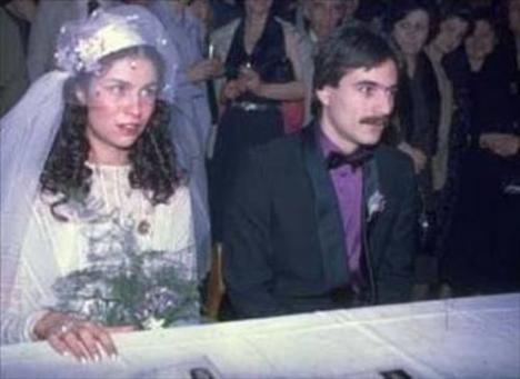 Gösteri dünyasının bazı ünlüleri de imam nikahı ya da serbest ilişki yerine resmi olarak evlenmeyi seçti. Ama evlilikleri uzun ömürlü olmadı.   'Seri halde' evlenip boşanan ünlüler denilince akla ilk gelenlerden biri Mehmet Ali Erbil. Mehmet Ali Erbil Türkiye'nin en çok evlenen ünlülerinden biri. Erbil genç yaşında kızı Sezin'in annesi Muhsine Kamiloğlu ile ilk evliliğini yaptı.   Daha sonra boşandığı Kamiloğlu ile bir kez daha evlendi. Erbil, bu evlilikten dünyaya gelen kızı Sezin'i de kısa bir sürdü.