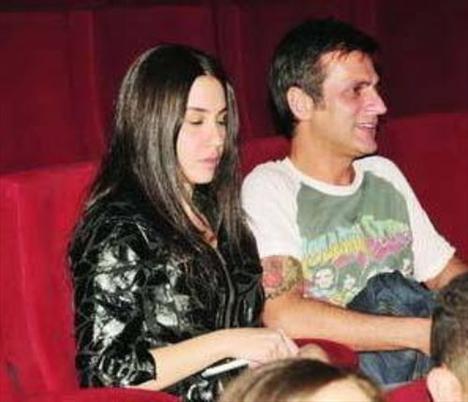 Bir dönem Berna Öztürk ile aşk yaşayan Teoman, kimi zaman da magazin dünyası dışından sevgilileriyle kameralara takıldı.
