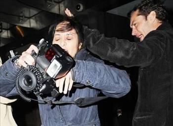 Jude Law  Yakışıklı oyuncu Jude Law, kendisini görüntüleyen bayan gazeteciye saldırmıştı. Law, Londra gecelerinde kendisini görüntüleyen paparazziyi tokatlamıştı.