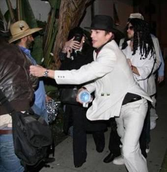 Ashton Kutcher  Yakışıklı oyuncu Asthon Kutcher, gece gezmesinde kendisini görüntüleyen paparazzilere saldırmıştı.