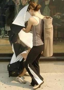 Jessica Biel  Jessica Biel, yoga salonundan çıkarken fotoğrafını çeken paparazziyi kalkan niyetine kullandığı şemsiyesiyle hafifçe iterek uyarmıştı.