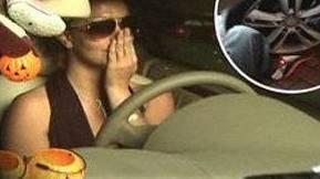 Britney Spears  Britney Spears daha önce de dudaklarına botoks yaptırdıktan sonra estetik kliniğinden çıkarken çevresini saran paparazzilerden birinin ayağını ezmişti.   O sırada şiş dudaklarını objektiflerden saklamaya çalışan Spears tek eliyle araba kullanmıştı.