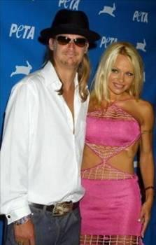 Pamela Anderson - Kid Rock  Türkiye'ye geldiğinde Halikarnas Disko'ya eğlenmeye giden Pamela Anderson'ın sevgilisi Kid Rock, bir muhabire saldırmıştı.