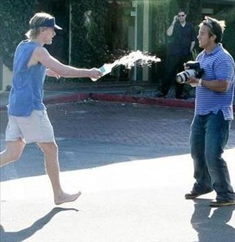 Owen Wilson  Hollywoodün ünlü komedyenlerinden Owen Wilson, öfkesine hakim olamayarak paparazziye su fırlatmıştı.