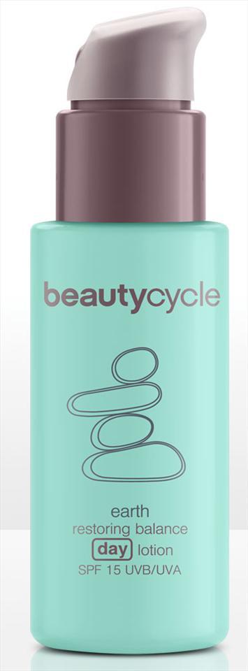 Cildin yağ dengesini kontrol altında tutan gündüz losyonu, cildi olumsuz çevre koşullarına karşı koruyor.   Beautycycle toprak serisi gündüz losyonu: 26.25 TL, Amway