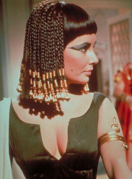 ■ Yaşamının sıkıcı olduğunu ona gösterin:   Kleopatra, Marcus Antonius'u tavlamak için de, onu Mısır'da ziyafetlerle karşıladı; türlü eğlenceler sundu ve Mısır yaşamının Roma yaşamından en azından eğlence konusunda daha üstün olduğunu ona sergiledi. Siz de ona yaşamının sıkıcı ve ilginç olmadığını düşündürün.