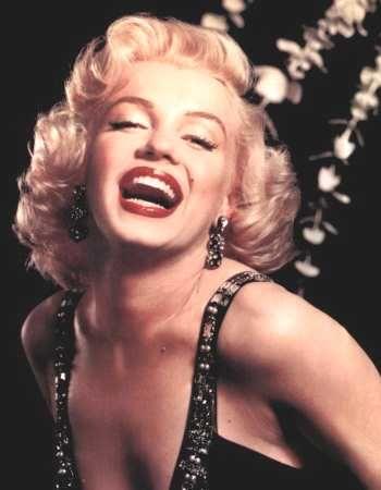 """İÇİNİZDEKİ MARILYN MONROE'YU ORTAYA ÇIKARIN!   Marilyn Monroe, ilk gençlik yıllarından itibaren, erkeklerin üzerindeki gücünü keşfetmeye başlamıştı. """"Onların beni öpmek, bana sarılmak istemesinin suçu bendeymiş. Bazıları, onlara tutku dolu gözlerle baktığımı söyledi. Bazıları ise sesimin kendilerini baştan çıkardığını söyledi. Bir kısmı ise onları yere yatıran titreşimler yaydığımı iddia etti"""" sözleri günlüğüne yazdığı erkeklerle ilgili itiraflardan sadece biriydi..."""