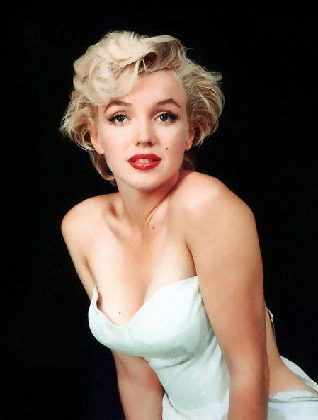 ■ Hem arzulu bir kadın hem de masum bir kız çocuğu olun:   Marilyn Monroe, sanki benliğinin bir bölümü cinsellik çığlıkları atarken, geri kalanı bunun farkında değilmiş gibi saf ve utangaçtı. Bu çelişki erkeklerin başını döndürüyordu. Bir kadının hem korunmaya muhtaç hem de cinsel açıdan heyecan verici görünmesi erkeklerin en büyük fantezisidir.