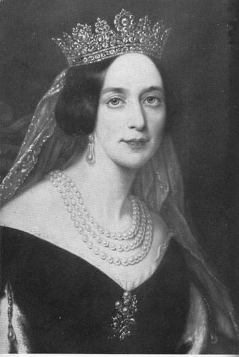 ■ Kıskançlık yaratın:   Josephine'in bir aşığı olduğu dedikoduları Napoleon'u Josephine konusunda daha da hırslandırıyordu. Siz de üçüncü kişilere ilgi gösterin, kurbanınıza belki de onunla sandığı kadar ilgilenmediğiniz sinyalini gönderin.   ■ Aklınızdan neler geçtiğini belli etmeyin:   Josephine, Napoleon'a gözünü çok önceden dikmişti. Ama neyin peşinde olduğunu hiç hissettirmedi. Siz de dolaylı yaklaşın, tehdit edici görünmeyin, bırakın siz ağlarınızı ustalıkla örerken, o sizi tavladığını sansın.