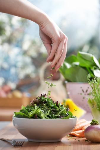 Yeşil Otlar ve Sebzeler: Fonksiyonel Detoksifikasyonda kullanılan koyu yeşil renkli otlar, özellikle folattan (sentetik şekline folik asit denir) çok zengindirler. B vitamini grubundan olan folat kanda homosistein düzeyinin yükselmesi önlenerek kalp hastalıklarına karşı koruma sağlar. Folat, B6 ve B12 suda çözünen vitaminler olup, pişirme sırasında bozulurlar. Bu nedenle, mümkün olduğunca çiğ olarak veya buharda pişirilerek yenmelidir. Bu otlar ve sebzeler, antioksidan mekanizmasında rol oynayan bakır ve mangan gibi mineralleri içerir. 300'den fazla enzimde yer alan ve sağlıklı bir kardiyovasküler sistem için gerekli olan magnezyum, kalp ritmi ve vücudun su dengesi açısından önemli olan potasyum, kan şekerinin düzenlenmesinde rol oynayan vanadyum, güçlü bir bağışıklık sistem için gerekli olan çinkodan da zengindirler.