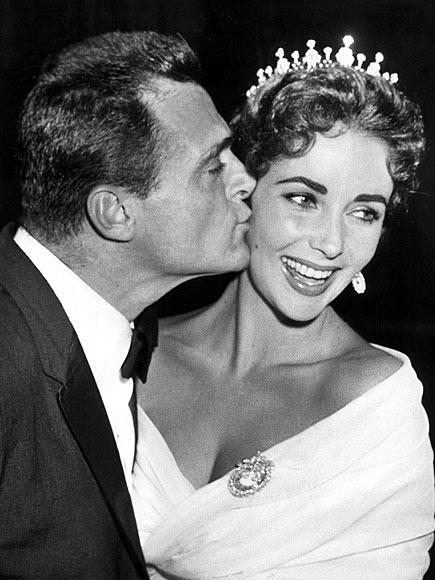 MIKE TODD 2 Şubat 1957 - 22 Mart 1958 Film yapımcısı Mike Todd Elizabeth Taylor'ın en büyük aşklarından biriydi. Taylor her zaman eski kocasını sevgiyle andığını söylüyor. Çiftin bu evliliklerinden Liza adında bir kız çocukları oldu. Bu kısa süreli evlilik Mike Todd'un bir uçak kazasında ölmesiyle son buldu.