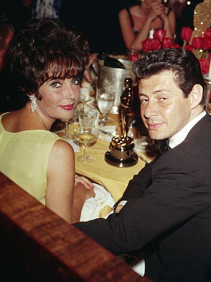 EDDIE FISHER 12 Mayıs 1959 - 6 Mart 1964 Mike Todd'un yasını hala tutan Taylor, teselliyi o sıralarada Debbie Reynolds ile evli olan, kocasının yakın arkadaşı şarkıcı Eddie Fisher'da buldu. Bu evlilik için iki tarafta çok emek harcası fakat ilişki Cleopatra filminin çekimleri sırasında Elizabeth gönlünü Richard Burton'a kaptırınca son buldu.