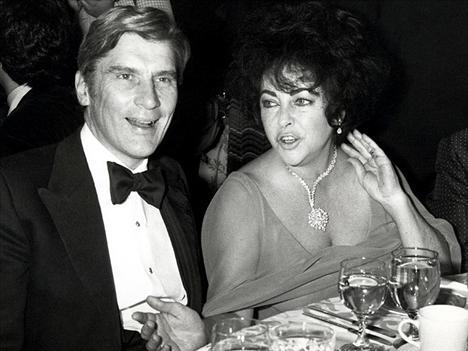 JOHN WARNER 4 Aralık 1976 - 7 Kasım 1982 John Warner ile evlenerek Elizebeth Taylor politikaya da girmiş oldu. Bu evlilik sayesinde John Warner sentoya seçildi fakar bir senatörün karısı olmak Elizabeth'e hiç uygun değildi. Mutsuzluktan oldukça fazla kilo alan Taylor, en sonunda kocasından boşandı.