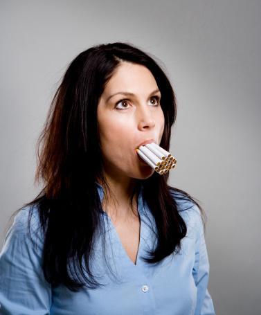 2. Sigara içmek: Michigan Üniversitesi'ndeki bir araştırmada, araştırmacılar sigara içmeyle cilt hasarı arasında doğrudan bir bağlantı buldular. Katılımcılar ne kadar uzun süre ve sıklıkta sigara içerse hasar o kadar kötü oluyor. Cilt hasarı özellikle 65 yaş ve üstü katılımcılarda görülürken, genç içiciler de yavaş yavaş etkileniyor. Sigara içmek cilde birkaç şekilde zarar veriyor. Öncelikle, cildi yumuşak ve esnek tutan bir protein olan kolajen üretimini engelliyor. İkinci olarak, sigara cilde yakın olan kan damarlarını darlaştırılıyor. Kolajensiz ve oksijensiz kalan cilt kırışıyor ve sert bir görünüm kazanıyor.
