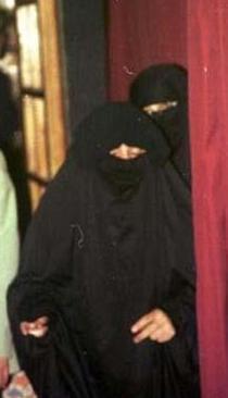 TEK RESMİ EŞİ  Bu hanım da Türkiye'nin en ünlü şarkıcılarından birinin resmi olarak evlendiği tek eşi.