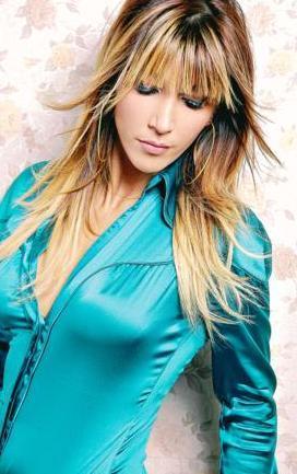 """Vokalisti ve asistanı oldu. Sezen Aksu'ya """"Deli Kızın Türküsü"""" albümünde vokal yaptı ve yaklaşık 40 konserde Sezen Aksu'ya vokal yaptı.   İki yıl sonra, 1993'te Sezen Aksu'nun yanından ayrıldı ve Erdem Siyavuşgil'den şan dersleri aldı."""