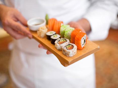 Sushi Rolls Sebzeler ve deniz ürünlerinden elde edilen dış malzeme düşük kalorili olabilir ama, sushilerin iç malzemesini bir arada tutmak için genellikle krem peynir ya da mayonez kullanılıyor. Bu ekstra malzemeler bir dilim sushinin kalorisini bir anda 500 – 600'e çıkartabiliyor. Ayrıca soya sosu çok fazla sodyum içerir. Bu kilo almanıza neden olmayacaktır ama çok fazla su tutmanıza sebep olur.