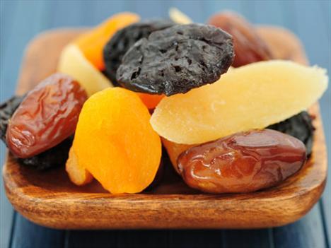 Kurutulmuş meyveler Kurutulmuş meyveler taze hallerinden 5 – 6 kat daha fazla kalorilidir. Çünkü bütün suyu içlerinden çekilmiş ve daha yoğun bir hale gelmiş oluyorlar. Örneğin 1 küçük kase taze üzüm 60 kaloriyken, aynı miktarda kurutulmuş üzüm 460 kaloridir. Üstelik birçok marka meyveleri kuruturken şeker de ekliyor, tabii bu kaloriyi daha da arttırıyor.