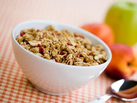 Kahvaltılık gevrekler Aslında fındıklar ve yulaf diyetiniz için çok faydalı, ancak markaların bunları gevrek hale getirmek için yağda kavurması kalori skalasında kahvaltılık gevrekleri bir anda en tepelere taşıyor.  Bir kasesinde yaklaşık 500 kalori almış oluyorsunuz. Fakat kavrulmamış kahvaltılık gevrekler bunun yarısı kadar kalori içeriyor.