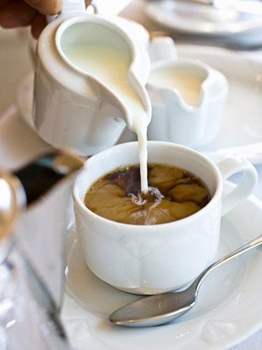 Krema Belki kahvenizin içine çok azıcık katıyorsunuz ama yine de aldığınız kalori miktarını arttırmış oluyorsunuz – özellikle de yağsız krema tercih edenlerden değilseniz...  Kahvenizin içine fincan başına sadece 1 – 2 kaşık koyuyor olsanız bile günde fazladan 200 kalori alıyorsunuz demektir.