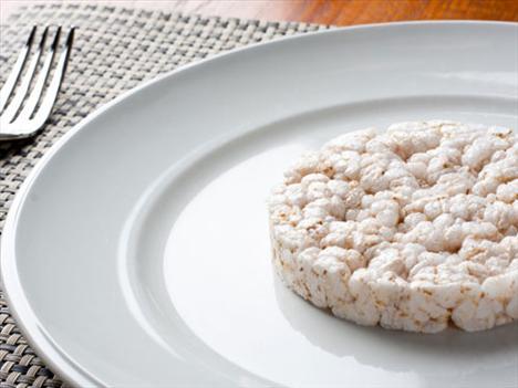 Pirinç patlakları Bu hafif atıştırmalıklar neredeyse hiç yağ ve şeker içermiyor, fakat sizi tok tutmak yerine, daha kolay acıkmanızı sağlıyorlar. Bu da demek oluyor ki, günde bir ya da iki tane yemeniz sizi tok tutmadığı gibi daha çok yemek yemenize ve aldığınız günlük kalori miktarının artmasına sebep oluyor.
