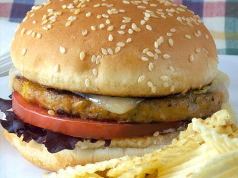 Veggie Burgers Vejetaryenler için yapılan bu hamburgerlerin etsiz olduğu için daha az kalori içerdiğini düşünebilirsiniz. Fakat ekmeği ve içinde bulunan ek malzemeleri ile bu hamburgerlerin kalorileri 1000'e kadar çıkabiliyor. Üzerine biraz da ketçap ekleyin ve voilaaa, herhangi bir hamburger kadar kalorili olacaklardır.
