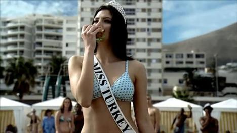 Amerikalı bir hamburger markası hindi (turkey) burger reklamını Miss Turkey (Türkiye güzeli) diyerek yaptı.