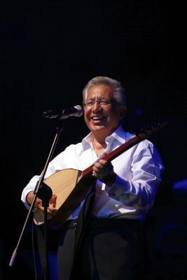 Zülfü Livaneli  Yazar, sinemacı ve müzisyen Livaneli siyaset sahnesinde en uzun süre kalan sanatçılardan biri oldu.   1994 ve 1999'da SHP ve CHP'den İstanbul Büyükşehir Belediye Başkan Adayı olan Livaneli, ikisinde de seçilemedi.