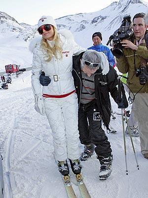 Hilton'ın kayak merkezlerinde bile yeteneksizliğini gözler önüne serdiğini, kayamadığını ancak şık kıyafetleriyle ilgi odağı olduğunu söyleyen gazete, şöhret olmanın bir diğer koşulunun ünlülerle arkadaş olmak olduğunu yazıyor.