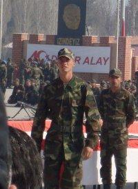 ALP KIRŞAN  Komedi filmlerinin aranan oyuncusu Alp Kırşan, vatani görevini Isparta'da yapıyor. Kırşan, yemin töreni sonrasında çekildiği fotoğrafını facebook'taki sayfasında yayınladı.