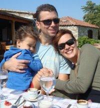 EBRU CÜNDÜBEYOĞLU  Facebook kullanan Ebru Cündübeyoğlu'nun profilinde eşi Güçlü Mete ve kızı Duru ile birlikte çekildiği bir fotoğraf yer alıyor.